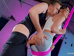 Athletic babe has her anus plowed hard in the gym